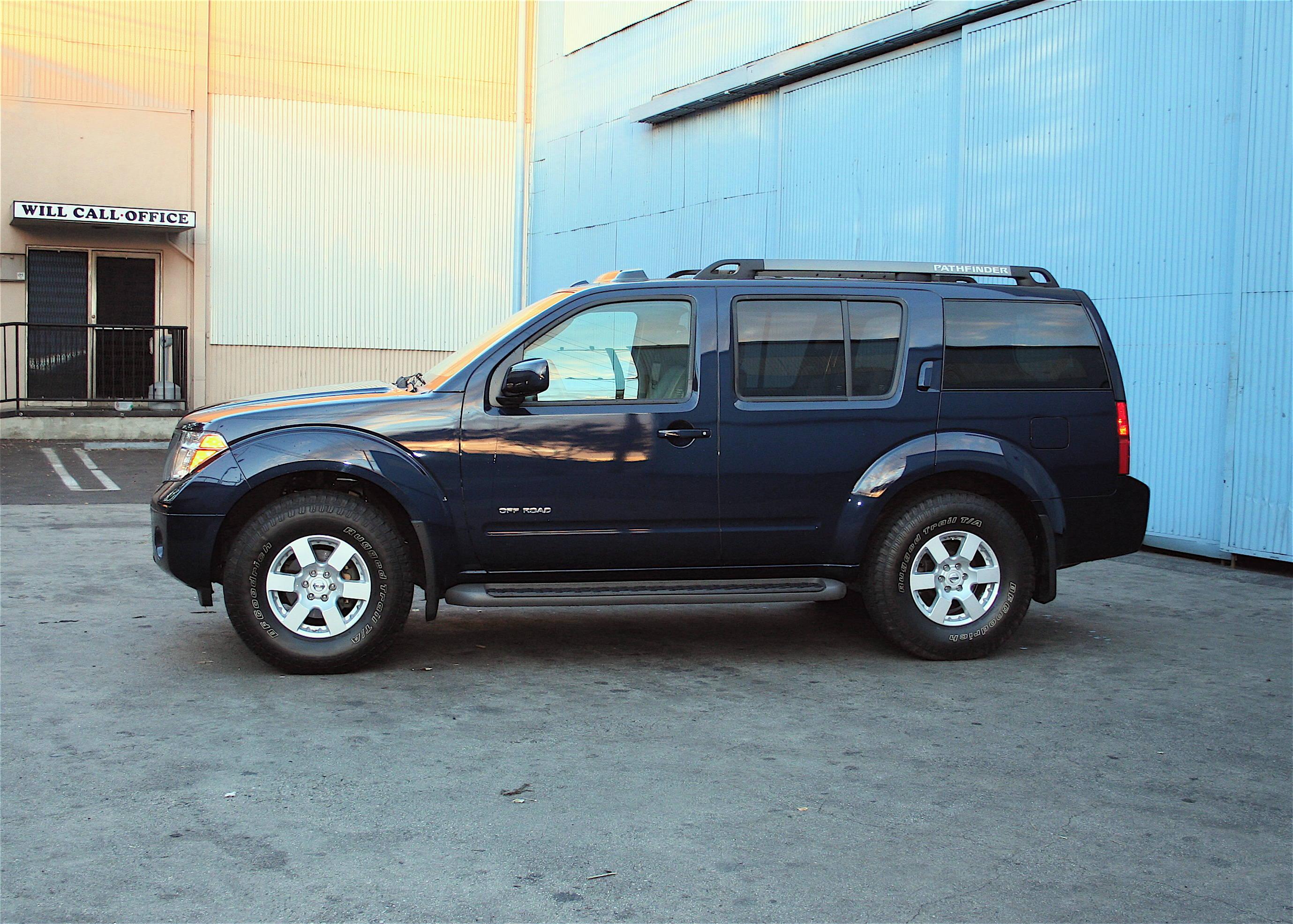 Nissan Pathfinder SE Off-road